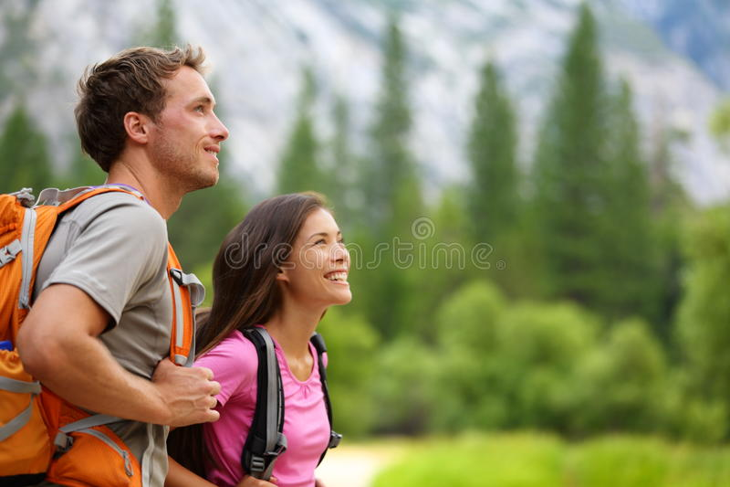 Paare - aktive Wanderer, die in Yosemite wandern stockbilder