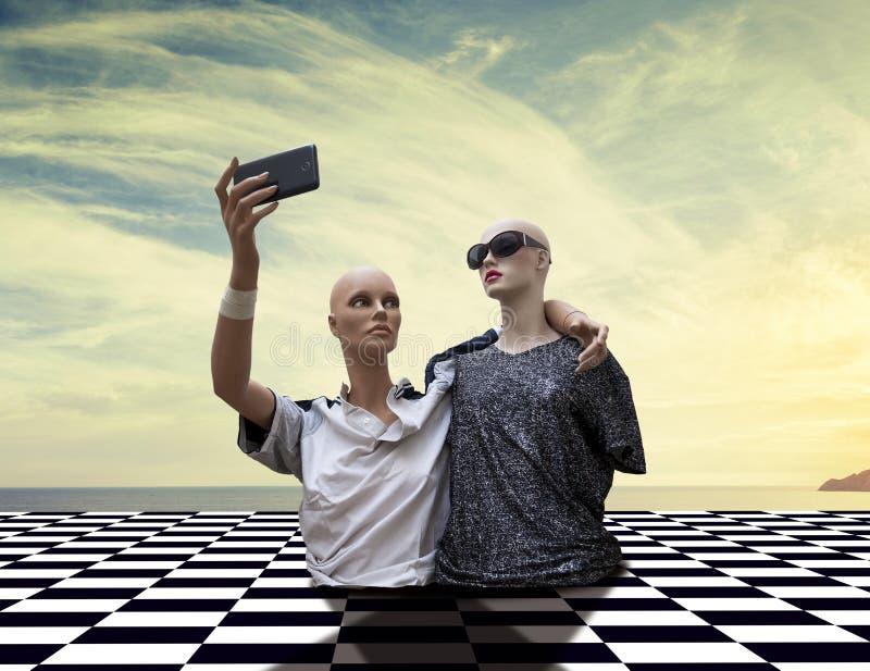 Paare Attrappen nehmen ein selfie, das in der Siebzigersportkleidung gekleidet wird stockbilder