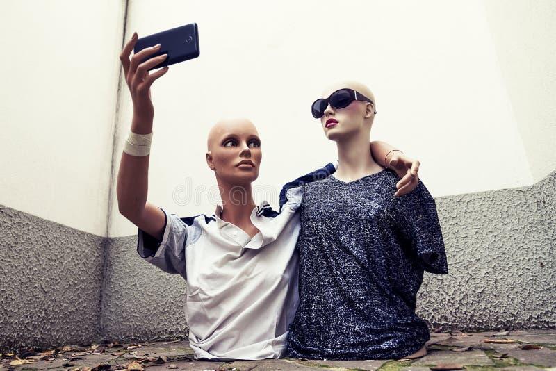 Paare Attrappen nehmen ein selfie, das im Siebzigersportkleidungscl gekleidet wird lizenzfreie stockfotos