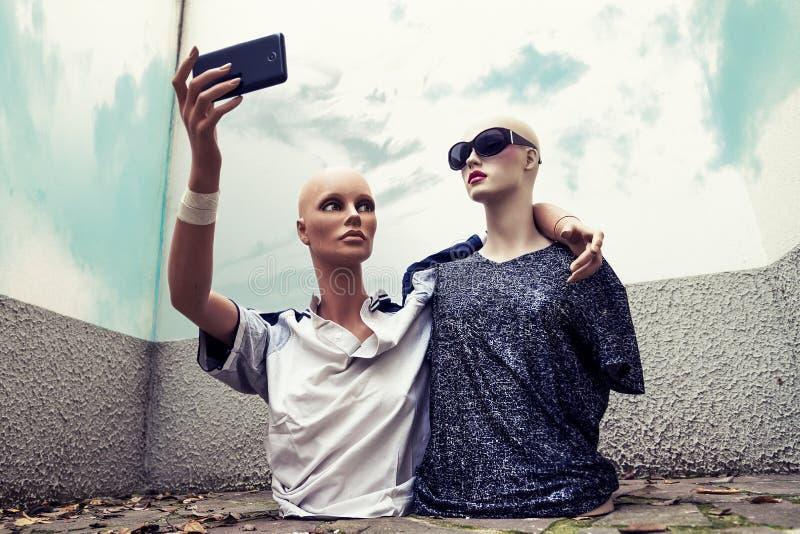 Paare Attrappen nehmen ein selfie, das im Siebzigersportkleidungscl gekleidet wird stockbilder