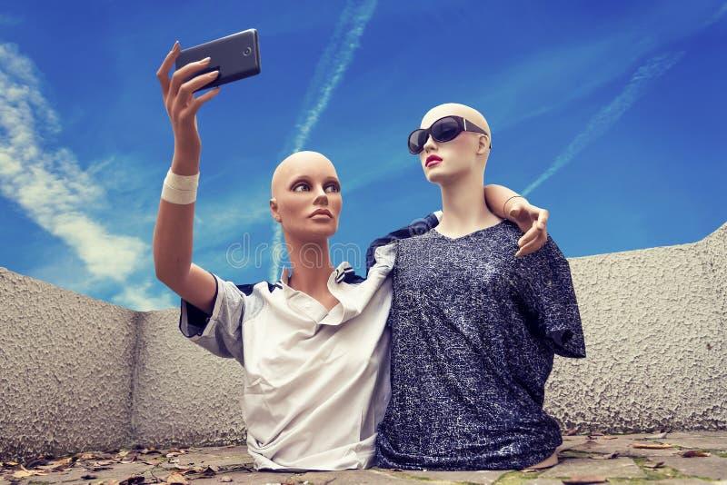 Paare Attrappen nehmen ein selfie, das im Siebzigersportkleidungscl gekleidet wird stockbild