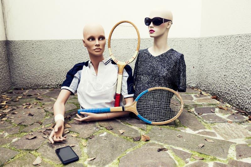 Paare Attrappen nehmen ein selfie, das in Siebziger gekleidet wird, die Tennis kleiden stockfotografie
