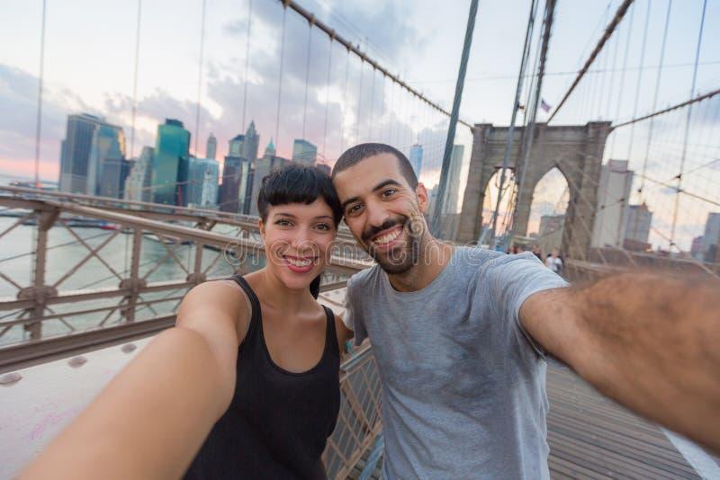 Paare auf Brooklyn-Brücke stockfoto