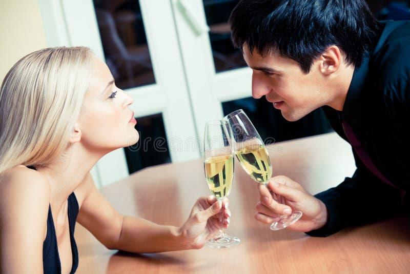 Paare auf Datum lizenzfreies stockfoto