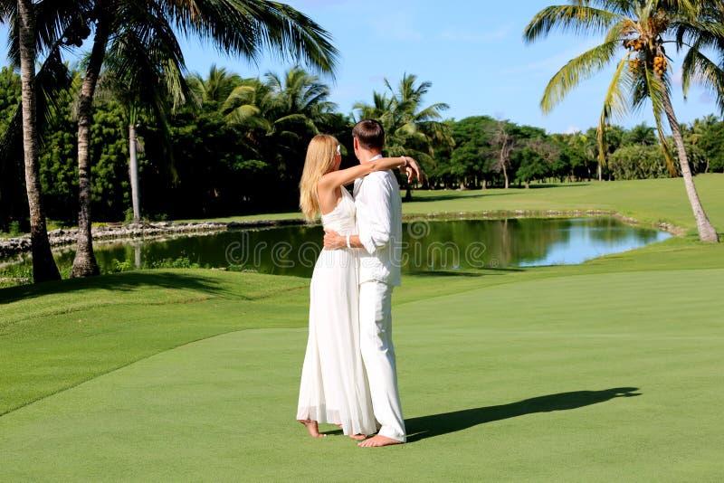 Paare auf dem grünen Feld lizenzfreies stockfoto