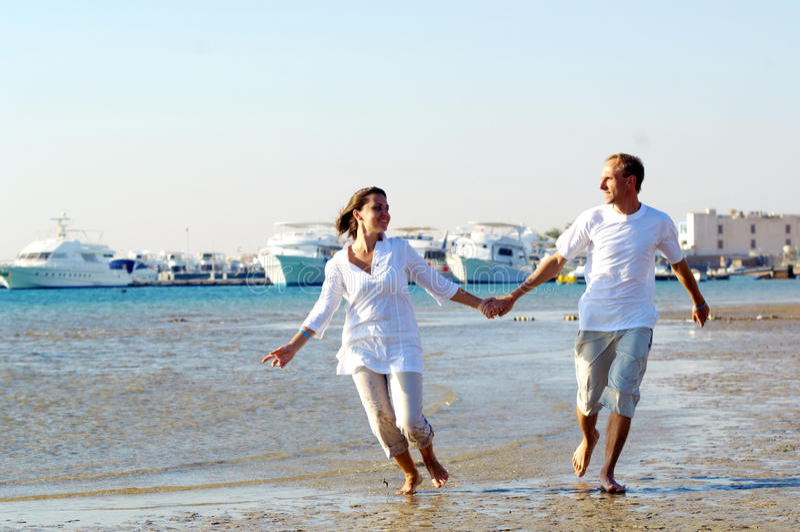 Paare auf dem Strand stockbilder