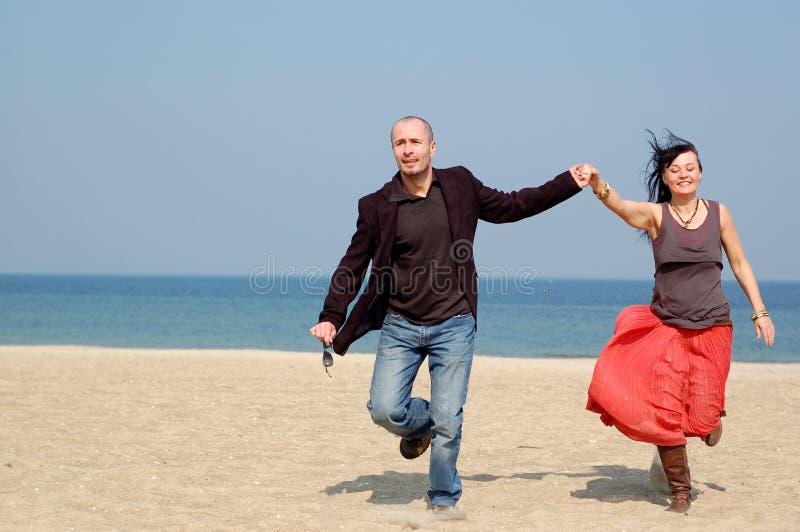 Paare auf dem Strand stockfotografie