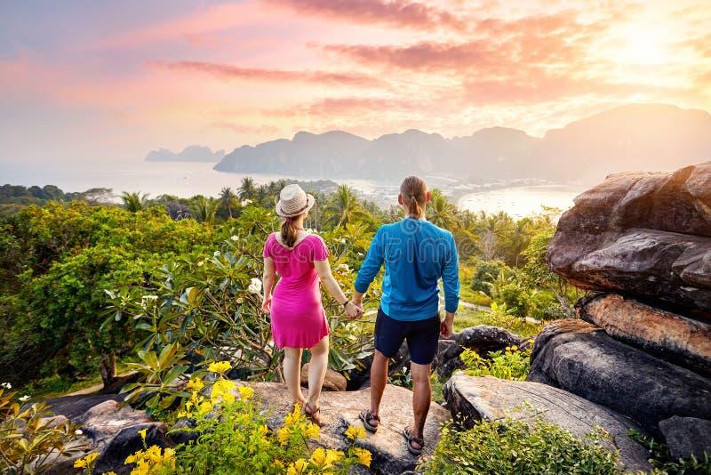 Paare auf dem tropischen Strand lizenzfreies stockbild