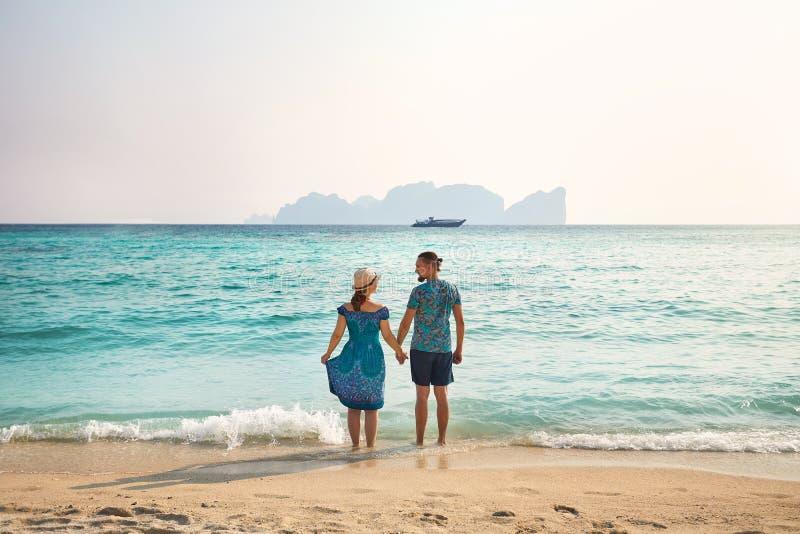 Paare auf dem tropischen Strand stockfotografie