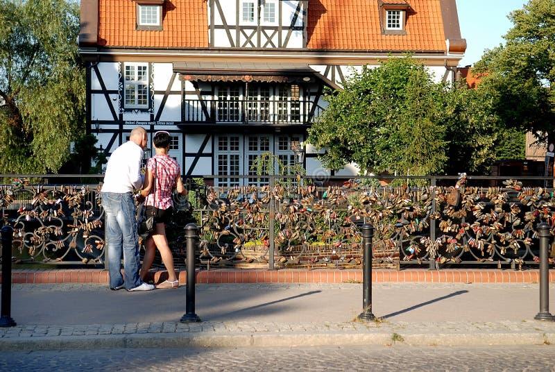 Paare auf der Brücke der Liebe stockfotografie