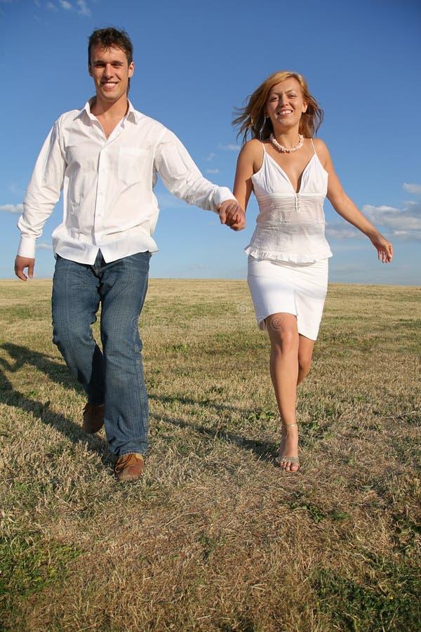 Paare auf der Wiese lizenzfreie stockfotos