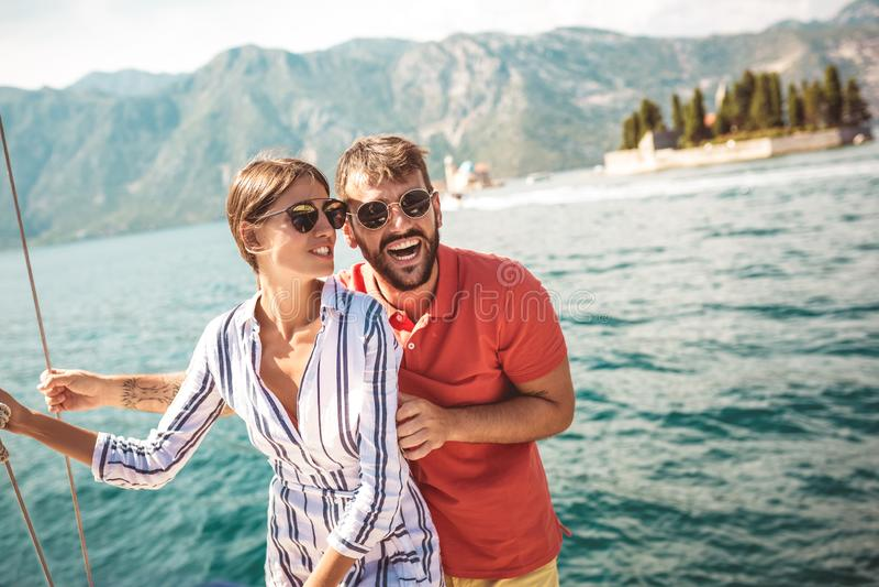 Paare auf einem Segelboot im Sommer lizenzfreies stockbild