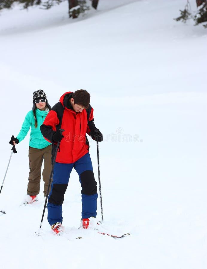 Paare auf einem Skifahren stockbild