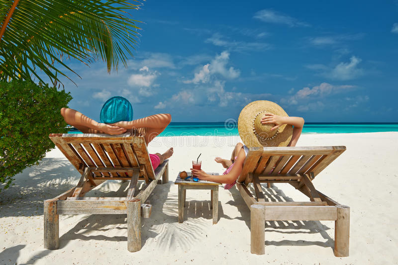 Paare auf einem Strand bei Malediven stockfotografie