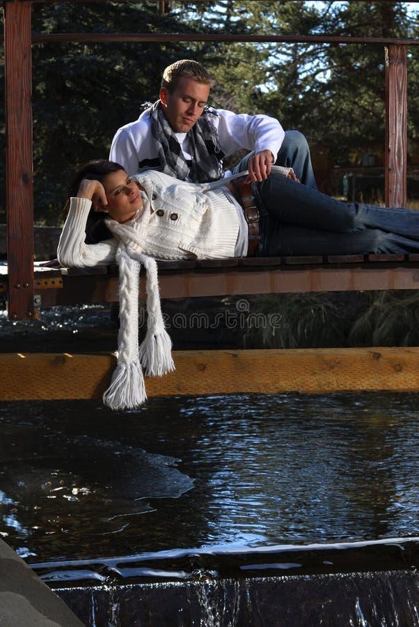 Paare auf einer Brücke lizenzfreies stockfoto
