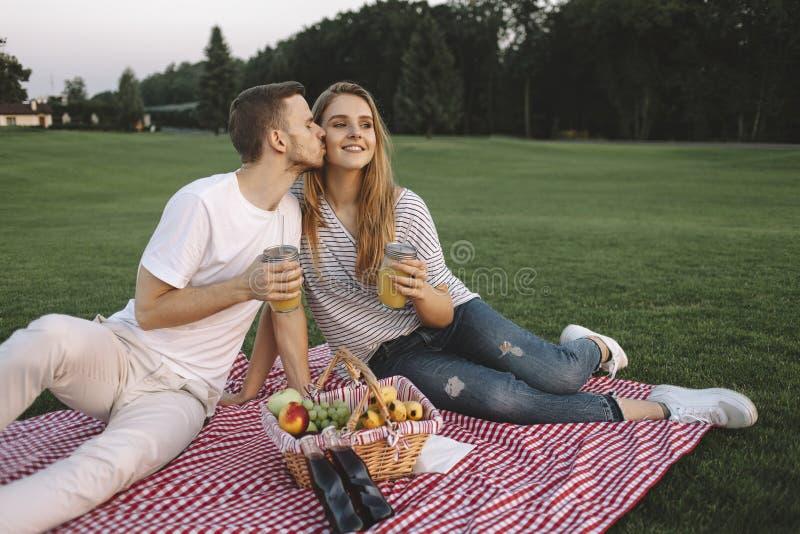Paare auf Ferien lizenzfreie stockfotografie