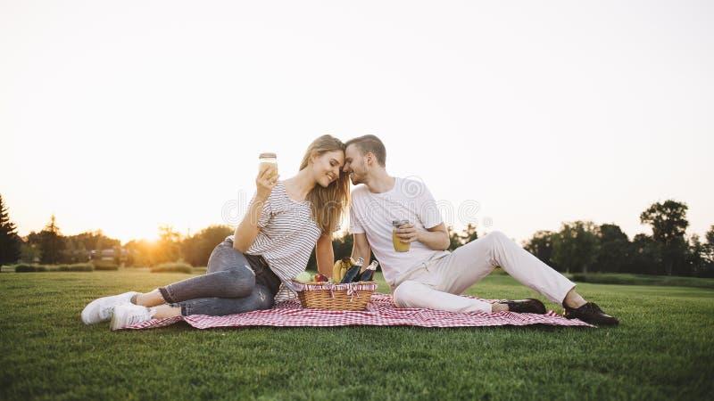 Paare auf Ferien stockbilder