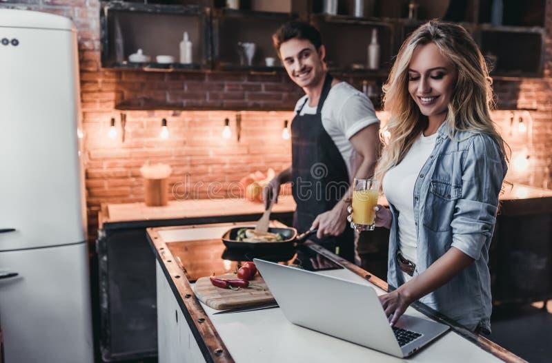 Paare auf Küche lizenzfreie stockfotos