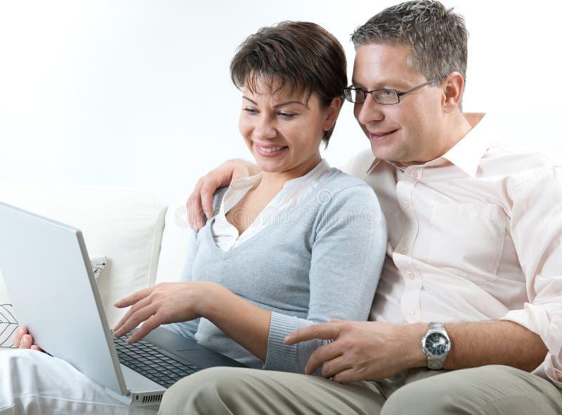 Paare auf Laptop stockfoto
