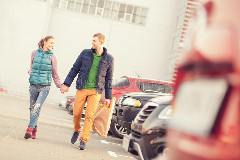 Paare auf Parken nach dem Einkauf stockbild