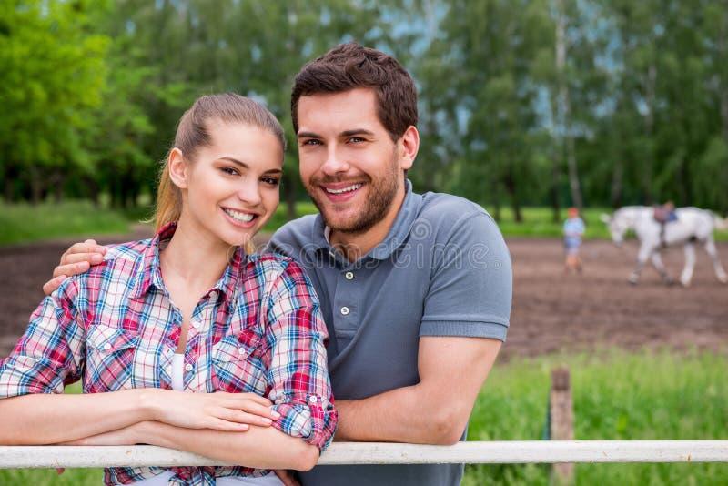 Paare auf Ranch lizenzfreie stockfotos