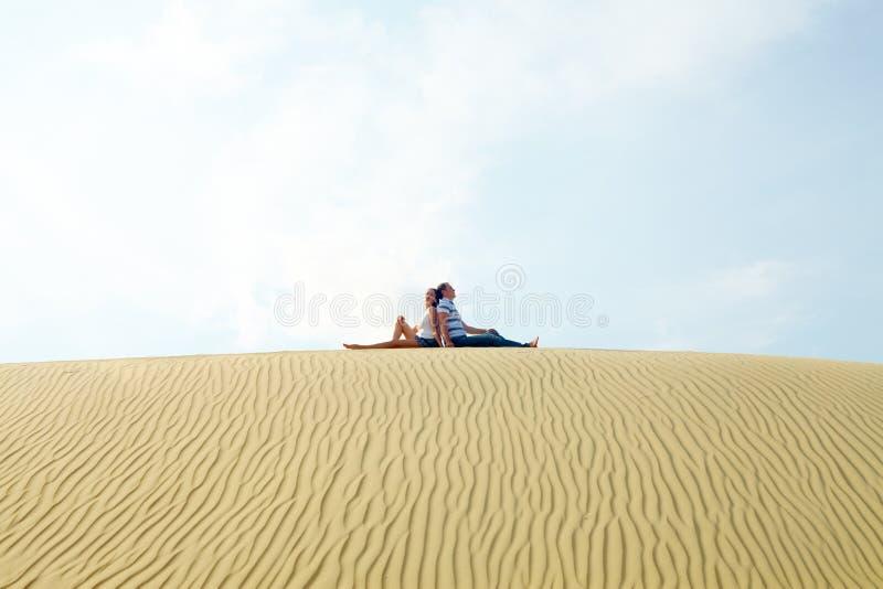 Paare auf Sand lizenzfreie stockfotos