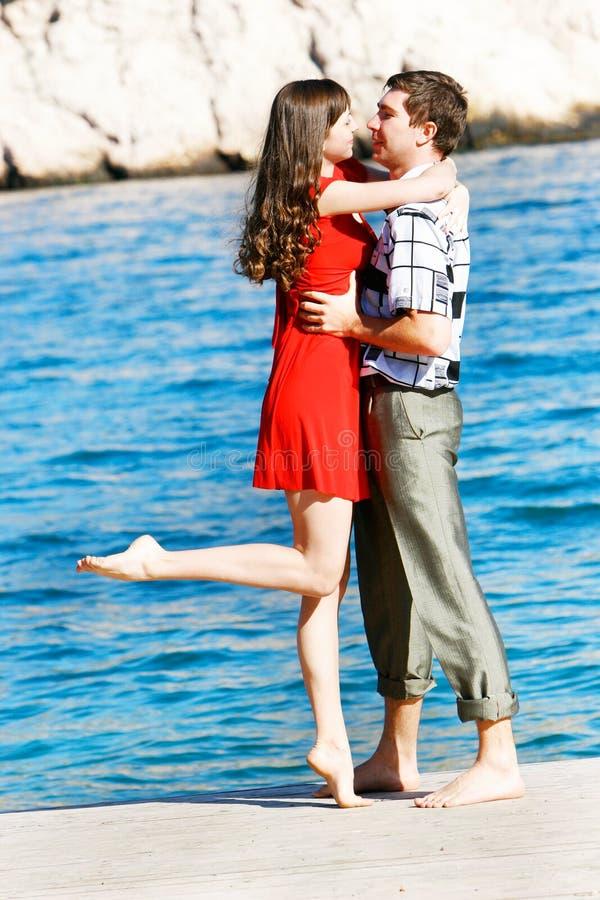 Download Paare auf Seehintergrund stockfoto. Bild von blüte, gefühl - 9093286