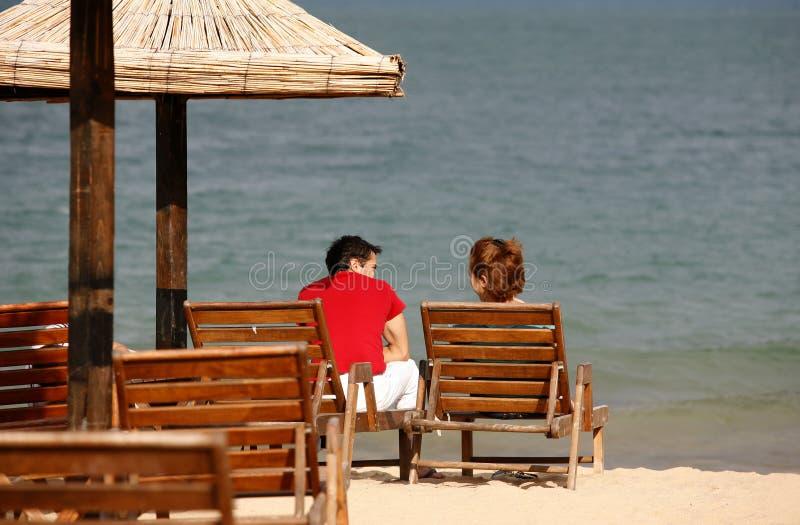 Paare auf Seeküste stockbilder