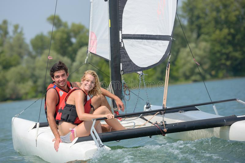 Paare auf Segelschiff stockbild