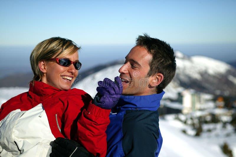 Paare auf Skiferien stockfoto