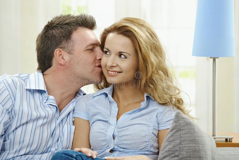 Paare auf Sofa lizenzfreie stockfotos