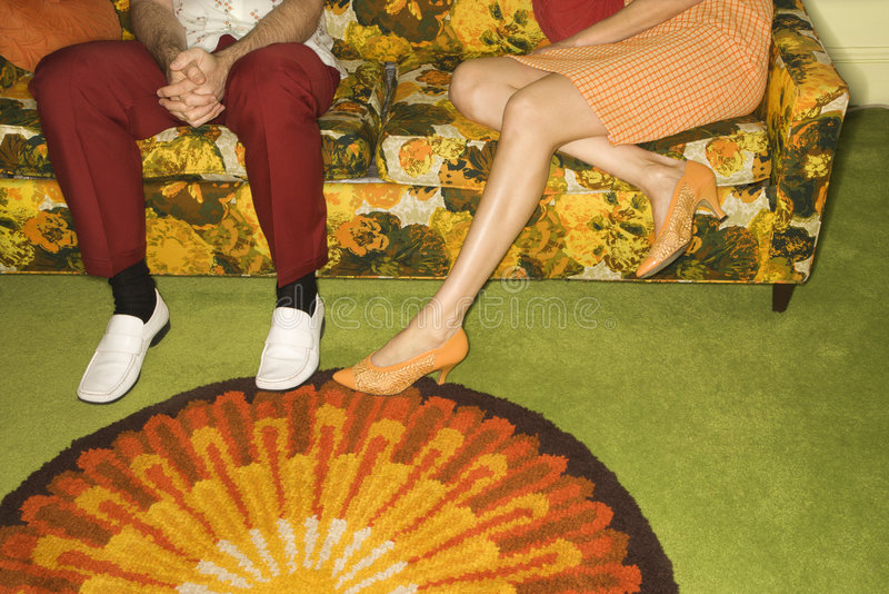 Paare auf Sofa. lizenzfreie stockfotografie