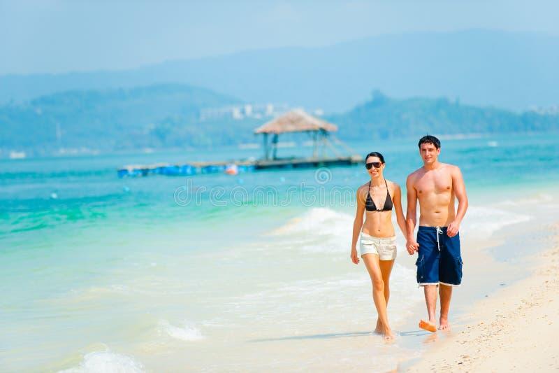 Paare auf Strand stockfotos