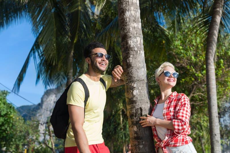 Paare auf tropischen Strand-Palme-Sommer-Seeferien, schöne junge Leute-Liebhaber, Mann-Frauen-Feiertag lizenzfreie stockbilder