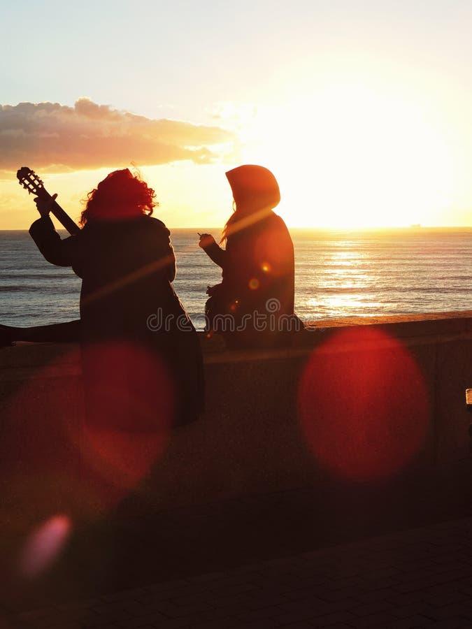 Paare bei dem Sonnenuntergang lizenzfreie stockfotografie