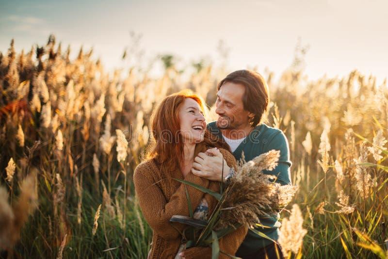 Paare beim Liebesreisen stockbild