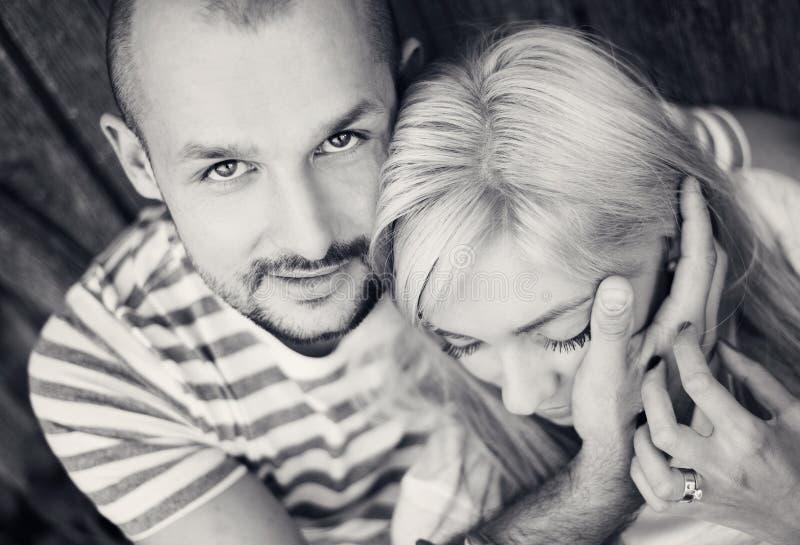 Paare beim Liebesumarmen stockfotografie