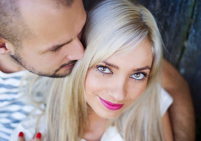 Paare beim Liebesumarmen lizenzfreies stockfoto