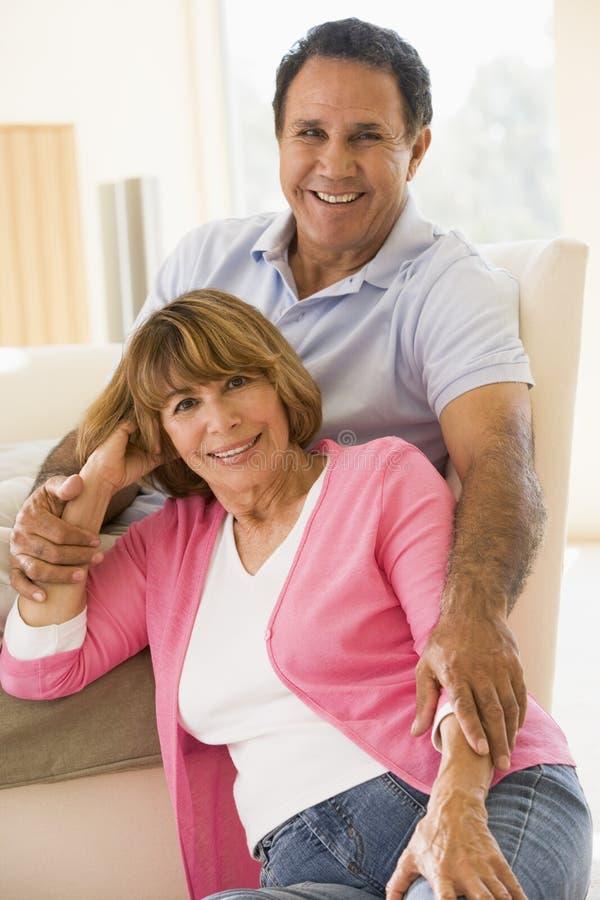 Paare beim Wohnzimmerlächeln lizenzfreie stockfotografie