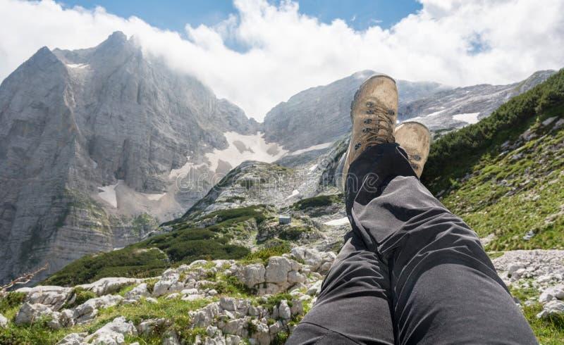 Paare Beine dehnten in die Luft mit einem Bergblick aus lizenzfreie stockfotos