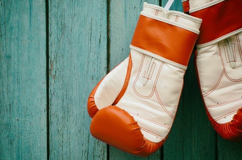 Paare Boxhandschuhe, die an einem Haken hängen stockfotografie
