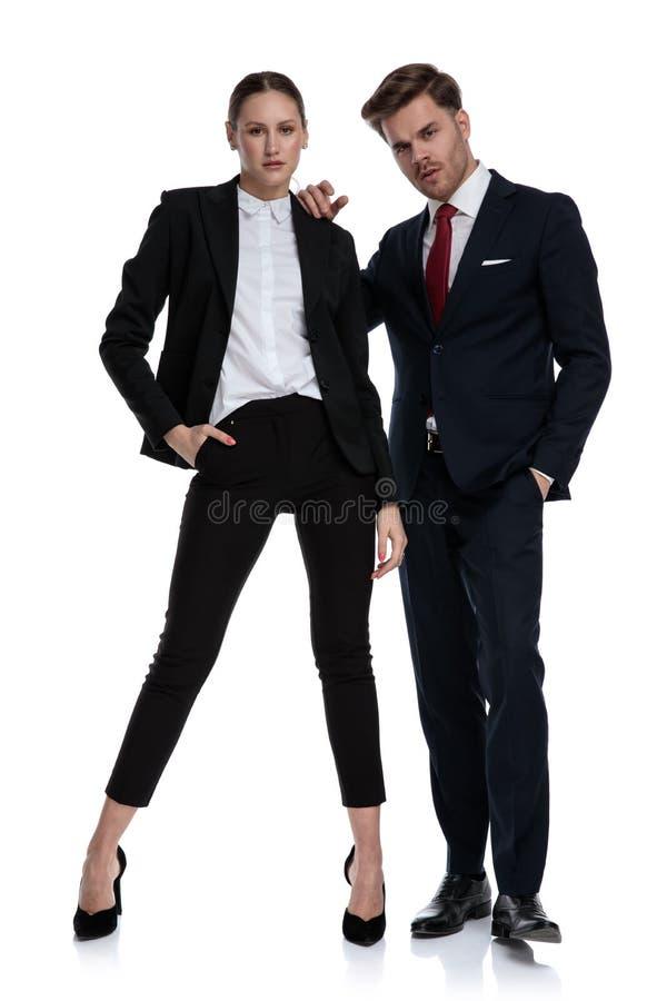 Paare in den Anzügen, die mit Haltung ernst schauen stockbilder