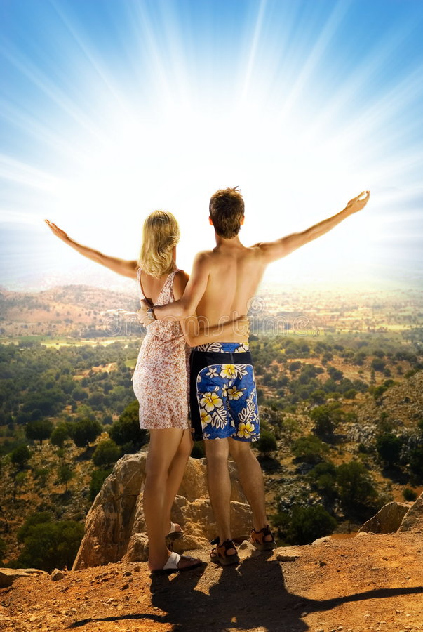 Paare in den Bergen lizenzfreie stockfotos