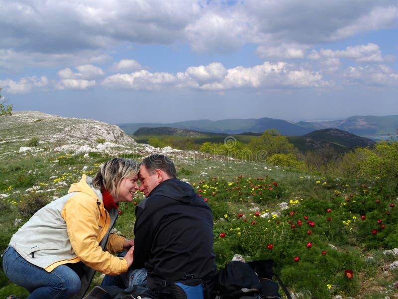 Paare in den Bergen lizenzfreies stockfoto