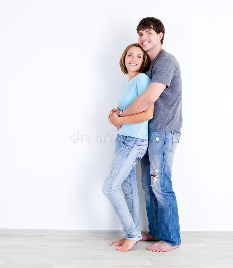 Paare in den casuals im leeren Raum stockbilder