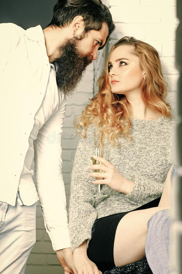 Paare in den Liebesgriffhänden Datum, Flirt, Verhältnis, Romanze stockfotografie