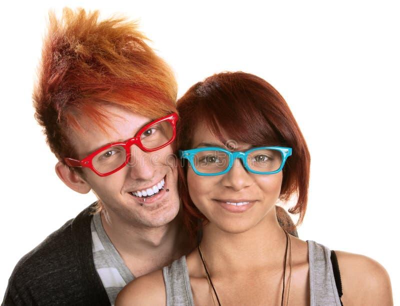 Paare in den roten und blauen Gläsern stockfotos