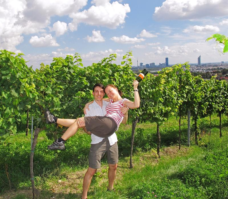 Paare in den Weinbergen lizenzfreie stockfotos