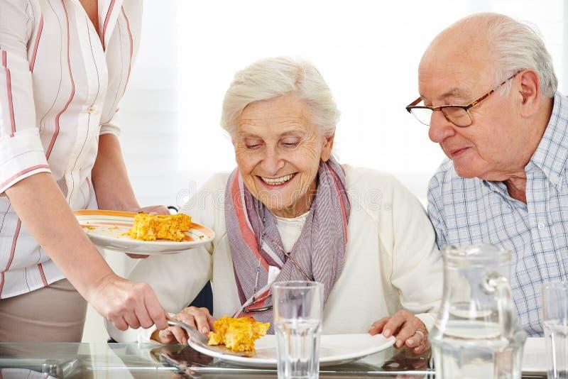 Paare der älteren Bürger, die das Mittagessen essen stockfotos