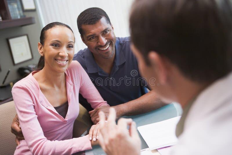 Paare in der Diskussion mit Doktor in der IVF Klinik stockbild